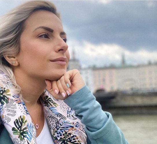 Бременната поп дива Поли Генова се пусна по бански и